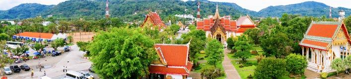 全景Wat查龙佛教寺庙-参观,在普吉岛海岛上的最大和最著名的佛教寺庙  库存图片