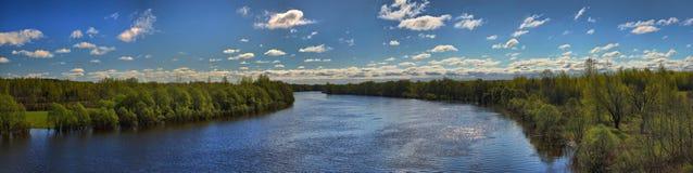 全流动的全景,春天河 库存照片