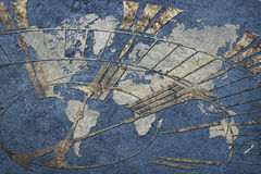 全球企业的时刻 与时钟的世界地图 免版税图库摄影