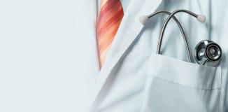 全球性医学阿那医疗保健概念 白色外套的无法认出的医生有听诊器的,特写镜头 免版税库存图片