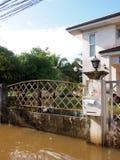 全球性变暖作用在镇,低级洪水里在都市区域 免版税库存照片