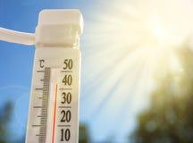 全球性变暖,一个温度计在一热的天 免版税库存照片