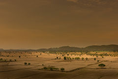 全球性变暖,死了和在干旱的季节,看法的破裂的土壤  库存照片