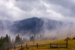 全球性变暖 大横向山山 云彩和雾 库存图片