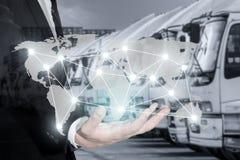 全球性后勤学网络映射在手边商人 免版税库存图片