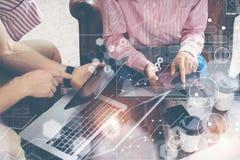 全球性销售Reserching的连接真正象图接口 年轻工友队分析财务报告 免版税库存照片