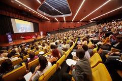 全球性青年时期的参加者对企业论坛的 库存照片