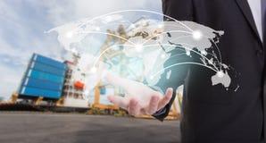 全球网络覆盖面世界地图在手边商人, Indust 免版税库存图片