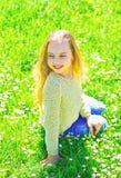 : 全盛时期概念 笑容的女孩花费休闲户外 ?? 库存图片