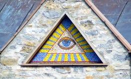 全看见上帝的眼睛-墙壁背景中世纪储马赛克  图库摄影