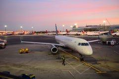 全美航空公司巴西航空工业公司190在波士顿机场 免版税图库摄影