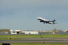 全美航空公司巴西航空工业公司190在波士顿机场 免版税库存图片
