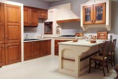 全视图一个经典木厨房 图库摄影