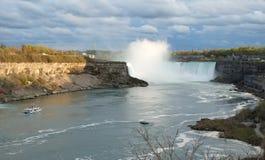 全视图尼亚加拉大瀑布、悬崖和一条游览小船从加拿大边 免版税库存图片