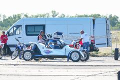 全轮型推进越野赛跑的儿童车 库存图片