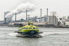 全速水翼艇在运河 免版税库存图片