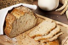 全部做面包的粮谷大面包有机的片式 免版税图库摄影