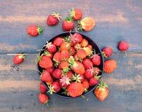 全部在圆的碗的成熟开胃草莓在葡萄酒木桌特写镜头 库存图片