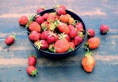 全部在圆的碗的成熟开胃草莓在葡萄酒木桌特写镜头 库存照片