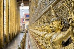 全部在墙壁上的金黄garuda在寺庙鲜绿色菩萨,盛大宫殿,曼谷,泰国附近 免版税库存图片