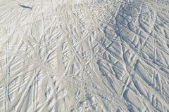 全部在滑雪胜地的滑雪踪影 close snow texture up white 极其体育运动 有效的生活方式 与拷贝空间的背景 免版税库存照片