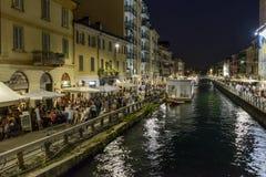全部堤防的人在重创的Naviglio,米兰,意大利 免版税库存照片