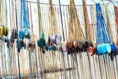 全部宝石在街市上的垂饰销售 免版税库存照片
