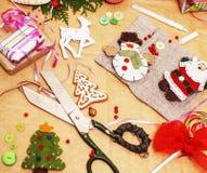全部手工制造礼物的,剪刀,丝带,与乡下样式的纸材料,为假日概念,没人准备 免版税库存照片