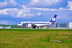 全部波兰航空公司巴西航空工业公司175个SD航空器在到来以后乘坐在普尔科沃国际机场在圣彼德堡,俄罗斯 免版税图库摄影
