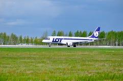 全部波兰航空公司巴西航空工业公司175个SD航空器在普尔科沃国际机场登陆在圣彼德堡,俄罗斯 免版税库存照片