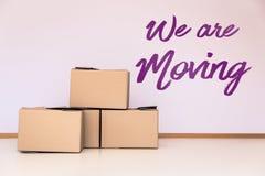 全部移动的箱子在一间空的屋子 免版税库存照片