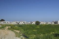 全部空的最近建造的房子在背景和蓝天中 免版税库存图片