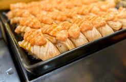 全部美丽的烤三文鱼寿司 免版税图库摄影