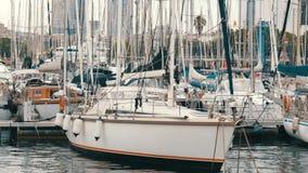 全部美丽的白色时髦的游艇在一个港口或海湾停泊了在巴塞罗那 影视素材