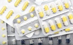 全部药片盒五颜六色的片剂和胶囊 库存图片
