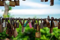 全部铁锈在金属阳台的锁吊有蓝天和树ba的 免版税库存照片