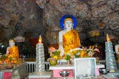 全部Buddhas雕象惊人的看法和宗教雕刻在神圣的洞的石灰石岩石 Hpa-An,缅甸 缅甸 免版税库存照片
