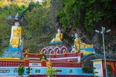 全部Buddhas雕象惊人的看法和宗教雕刻在神圣的洞的石灰石岩石 Hpa-An,缅甸 缅甸 库存图片