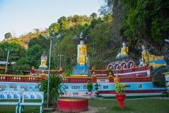 全部Buddhas雕象惊人的看法和宗教雕刻在神圣的洞的石灰石岩石 Hpa-An,缅甸 缅甸 库存照片