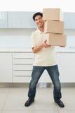 全长一个偶然年轻人运载的箱子 免版税库存图片