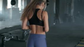 全长一名运动,美丽的年轻运动的白肤金发的妇女与一位教练员的一种心脏锻炼与速度皮带打开 影视素材