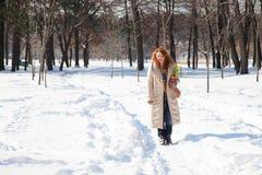 全长在冬天小径的正面妇女身分 免版税库存图片