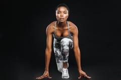 全长在黑背景的被集中的非裔美国人的女运动员 免版税图库摄影