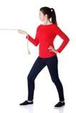 全长坚强的妇女puling的绳索 免版税库存照片