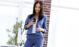 全长手机的年轻女实业家 免版税库存图片