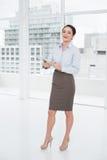 全长有剪贴板的一名典雅的女实业家在办公室 库存照片