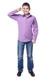 全长的衬衣和的牛仔裤的微笑的年轻男孩 库存照片