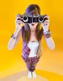 全长的滑稽的女孩与两台照相机 库存照片
