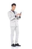 全长短冷期图,在灰色衣服的商人立场气喘a 免版税库存图片