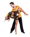 全长年轻芭蕾夫妇跳舞反对被隔绝的白色 库存照片